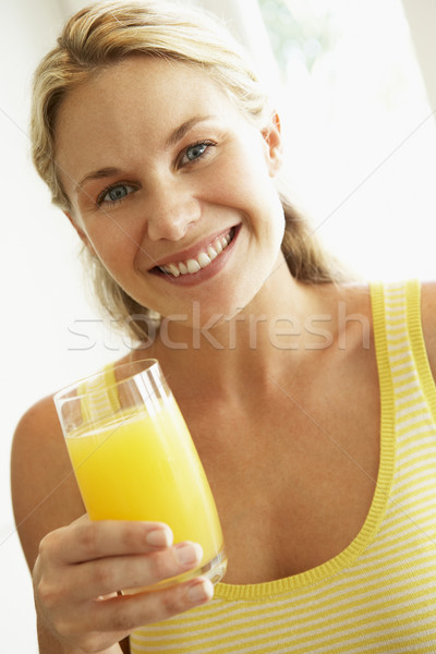 Potable jugo de naranja mujer feliz casa Foto stock © monkey_business