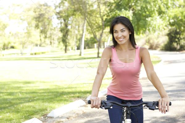 ストックフォト: 若い女性 · ライディング · 自転車 · 公園 · 肖像 · 自転車