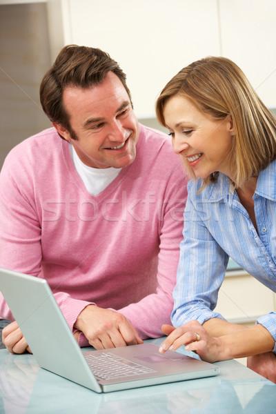 Volwassen paar met behulp van laptop huiselijk keuken internet Stockfoto © monkey_business