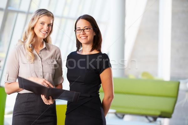 Empresarias informal reunión moderna oficina negocios Foto stock © monkey_business