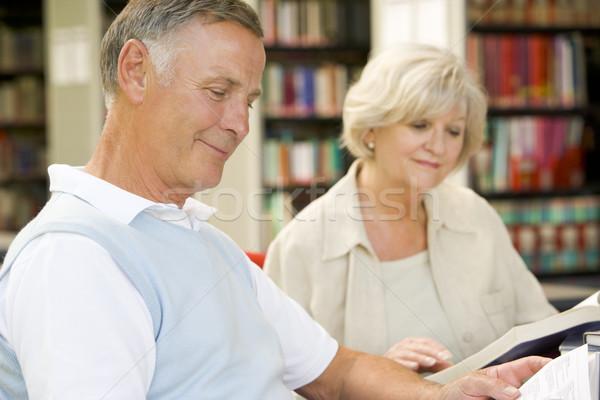 Estudiantes adultos lectura biblioteca mujer feliz educación Foto stock © monkey_business