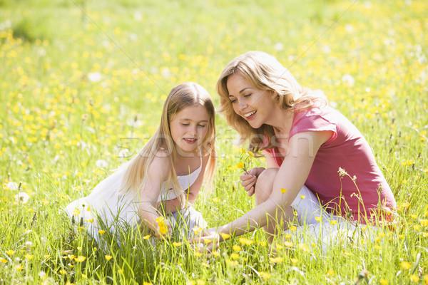 Anya lánygyermek kint tart virág mosolyog Stock fotó © monkey_business
