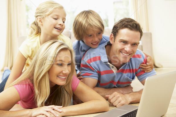 Foto stock: Familia · usando · la · computadora · portátil · casa · junto · ordenador · ninos