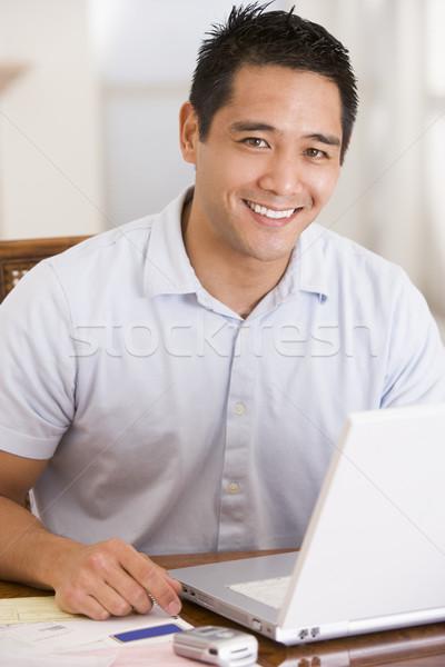 Foto stock: Hombre · comedor · usando · la · computadora · portátil · sonriendo · de · trabajo · retrato
