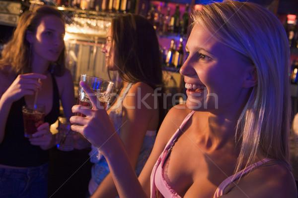 Stok fotoğraf: üç · içme · gece · kulübü · mutlu · arkadaşlar