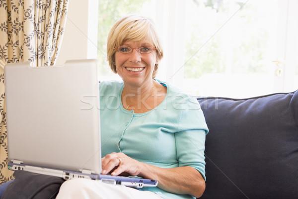 Vrouw woonkamer laptop glimlachende vrouw glimlachend gelukkig Stockfoto © monkey_business