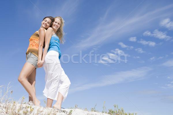 Zwei Freunde entspannenden Strand blauer Himmel Frauen Stock foto © monkey_business