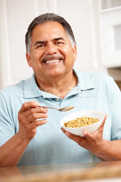 Foto stock: Senior · homem · alimentação · cereal · tabela · café · da · manhã