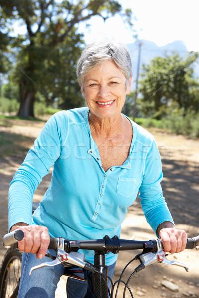 Zdjęcia stock: Starszy · kobieta · kraju · rowerów · lata · osoby