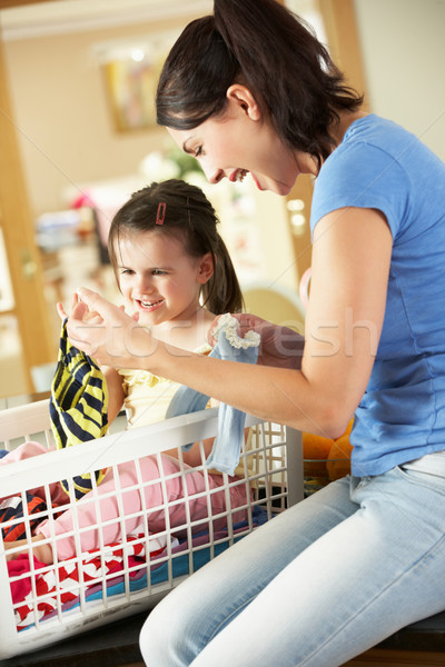 Matka córka pranie posiedzenia blacie kuchennym rodziny Zdjęcia stock © monkey_business