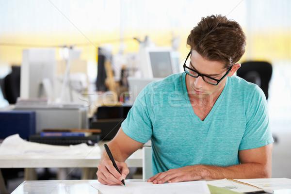 Zdjęcia stock: Człowiek · piśmie · biurko · zajęty · twórczej · biuro