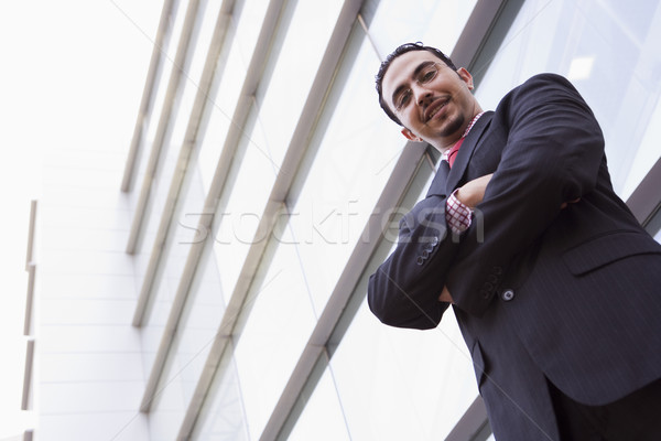 Сток-фото: бизнесмен · Постоянный · за · пределами · офисное · здание · глядя