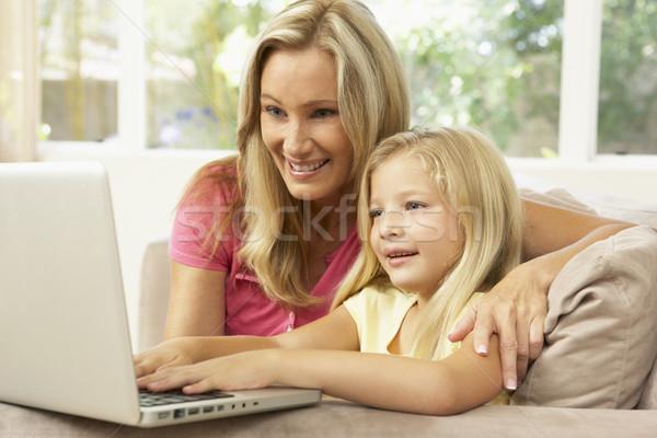 Stockfoto: Moeder · dochter · met · behulp · van · laptop · home · computer · meisje