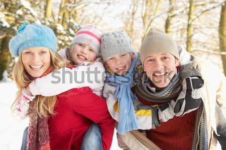 Familie vergadering landschap meisje man sneeuw Stockfoto © monkey_business