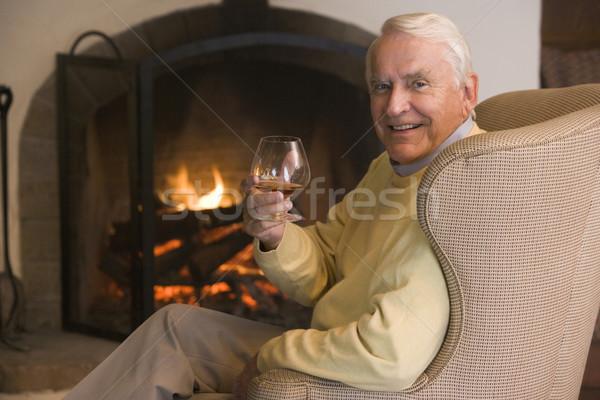 78374_homem-vida-sala-bebida-sorrindo-pessoas.jpg