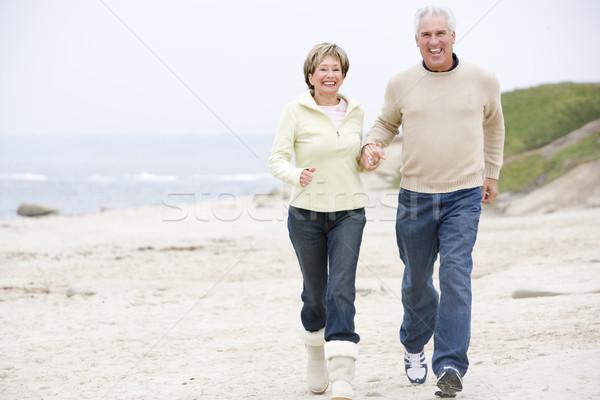 Сток-фото: пару · пляж · , · держась · за · руки · улыбаясь · женщину · человека