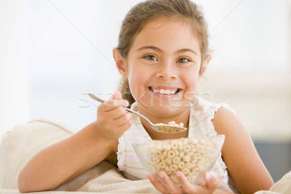 Stock foto: Junge · Mädchen · Essen · Getreide · Wohnzimmer · lächelnd · Mädchen