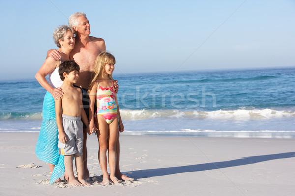 Stok fotoğraf: Dedesi · torunlar · ayakta · kadın · plaj