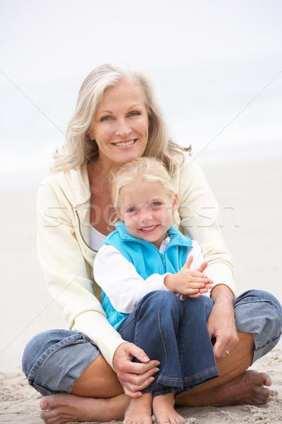 Nonna pronipote vacanze seduta inverno spiaggia Foto d'archivio © monkey_business