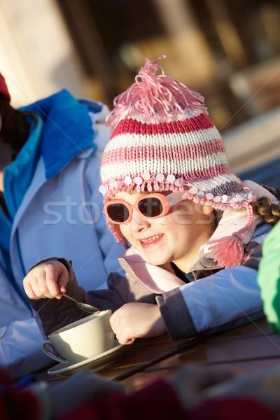 Jong meisje genieten warme drank gelukkig kind sneeuw Stockfoto © monkey_business