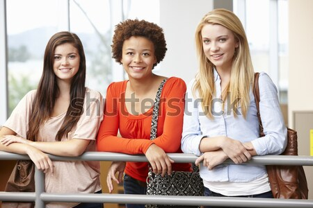 Foto stock: Professor · ajuda · feminino · estudar · secretária · sala · de · aula
