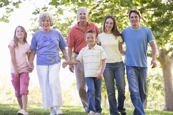 Foto stock: Família · grande · caminhada · parque · de · mãos · dadas · sorridente · mulher