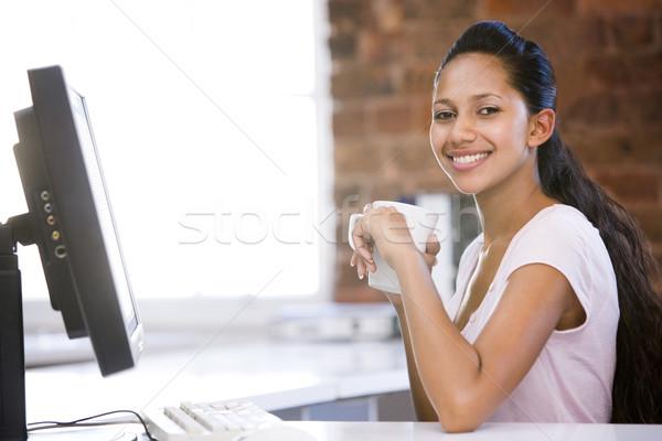 Femme d'affaires bureau potable café souriant travaux Photo stock © monkey_business