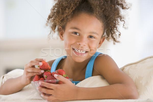 Stock fotó: Fiatal · lány · eszik · eprek · nappali · mosolyog · lány