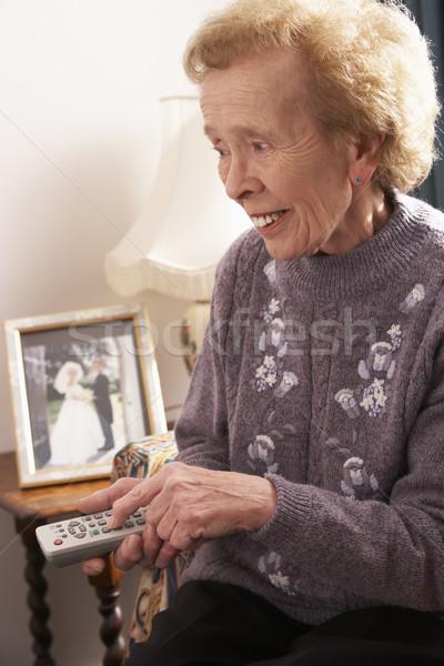 Zdjęcia stock: Starszy · kobieta · oglądania · telewizja · domu · telewizji