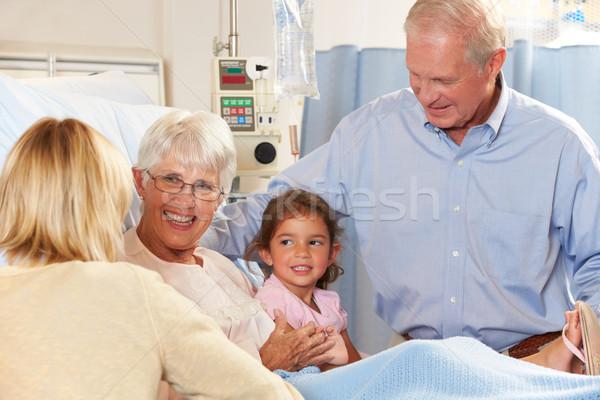 家族 シニア 女性 患者 病院用ベッド 女性 ストックフォト © monkey_business