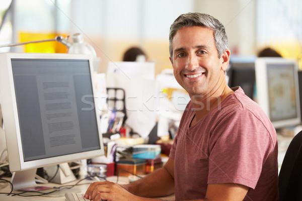 Stockfoto: Man · werken · bureau · drukke · creatieve · kantoor