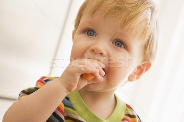 Fiatal srác eszik sárgarépa bent lány gyerekek Stock fotó © monkey_business