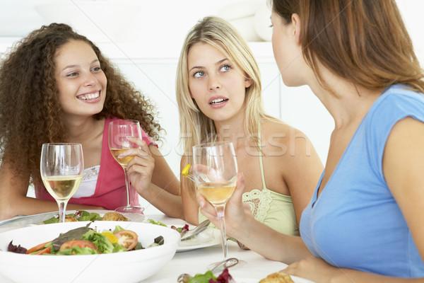 Barátok ebéd együtt otthon étel nők Stock fotó © monkey_business