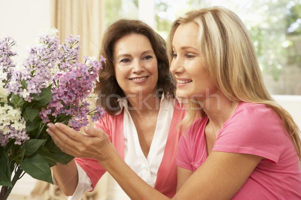 Stock fotó: Idős · nő · lánygyermek · otthon · virágok · virág