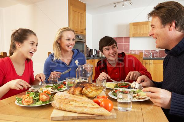 Adolescente família alimentação almoço juntos cozinha Foto stock © monkey_business