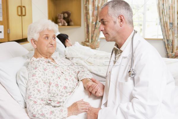 Médecin parler supérieurs femme patient hôpital Photo stock © monkey_business