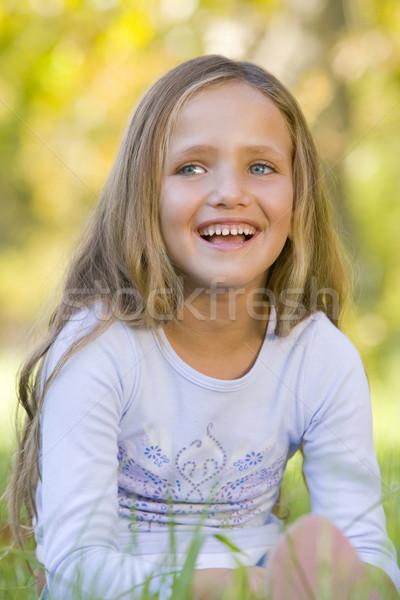 Foto stock: Jovem · sessão · ao · ar · livre · sorridente · menina · feliz