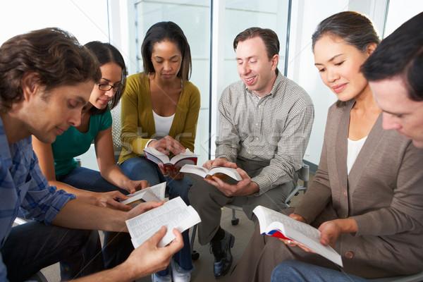 Biblii grupy czytania wraz kobieta książki Zdjęcia stock © monkey_business