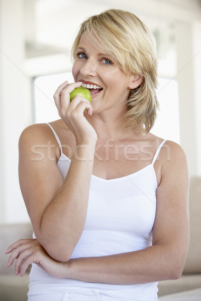 Adulte femme manger vert pomme fruits Photo stock © monkey_business
