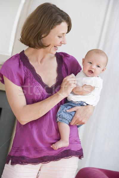 Сток-фото: матери · гостиной · ребенка · улыбаясь · счастливым