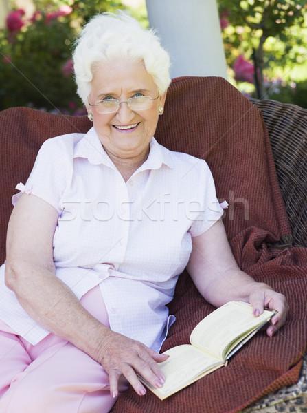 Foto d'archivio: Senior · donna · lettura · libro · seduta · giardino