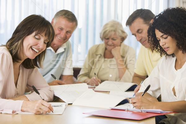 Studentii adulti studiu împreună om fericit stilou Imagine de stoc © monkey_business