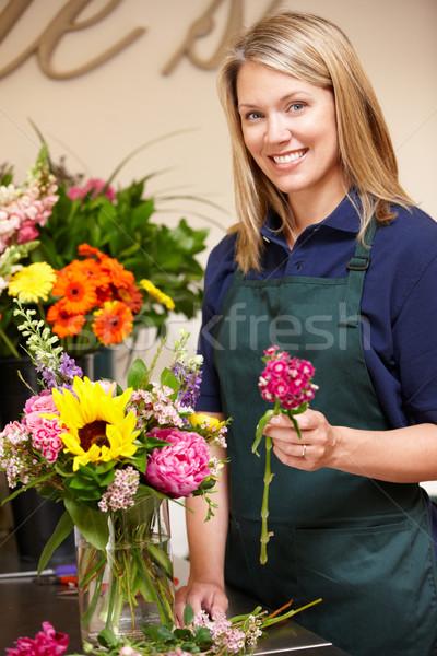 Frau arbeiten Blumengeschäft Blume Blumen Arbeitnehmer Stock foto © monkey_business