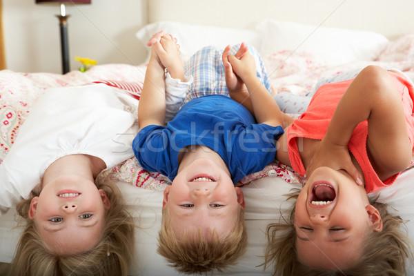 Kinderen ondersteboven bed meisje gelukkig jongen Stockfoto © monkey_business