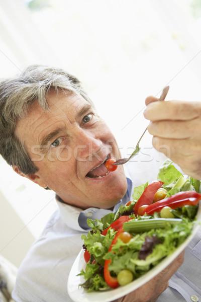 Foto stock: Altos · hombre · comer · ensalada · retrato · tenedor