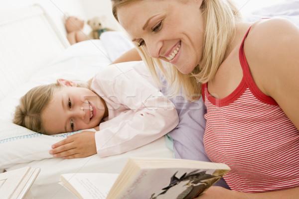 Сток-фото: женщину · чтение · книга · кровать · улыбающаяся · женщина