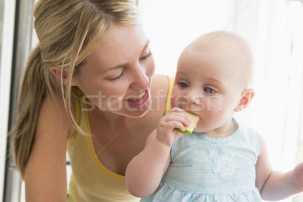 Anne bebek mutfak yeme elma meyve Stok fotoğraf © monkey_business