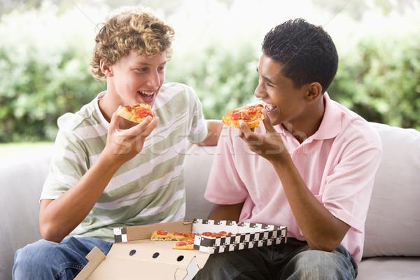 Stock foto: Teenager-Jungen · Sitzung · Couch · Essen · Pizza · zusammen