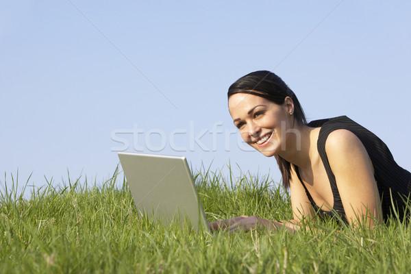 Stok fotoğraf: Kadın · dizüstü · bilgisayar · kullanıyorsanız · açık · havada · yaz · bilgisayar