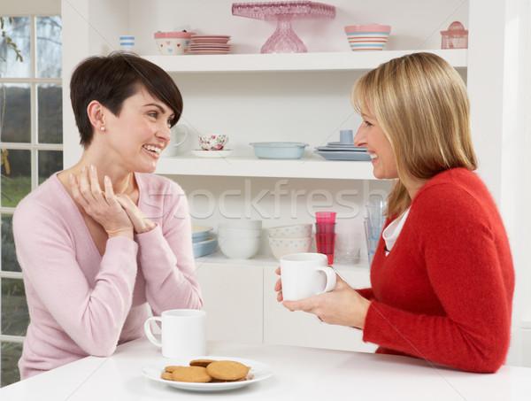 Twee vrouwen genieten warme drank keuken vrouw koffie Stockfoto © monkey_business